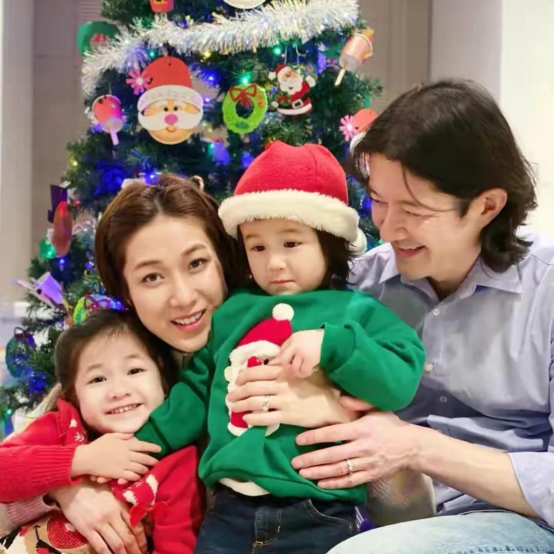 钟嘉欣为49岁老公庆生,晒2岁儿子萌照,称有其父必有其子
