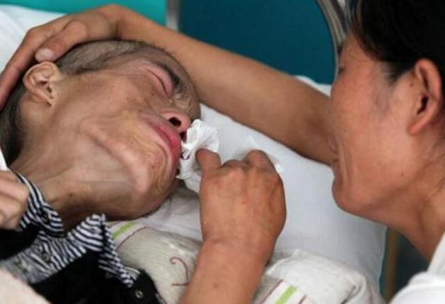 肺癌晚期父親竟偷偷拔掉氧氣,給孩子最後一次父親的愛。