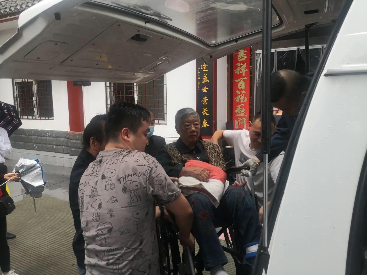 汉滨区民政局:闻令而动,紧急撤离养老院老人至安全地带