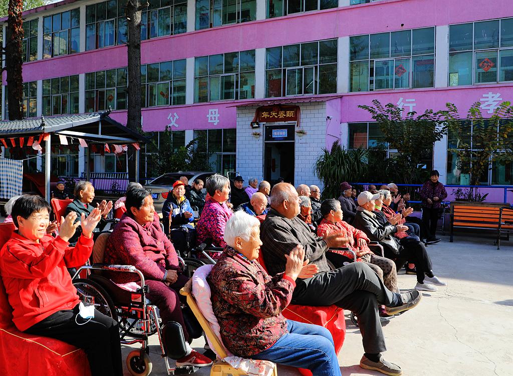 洛阳市涧西区馨乐园养老院的老人欢乐多
