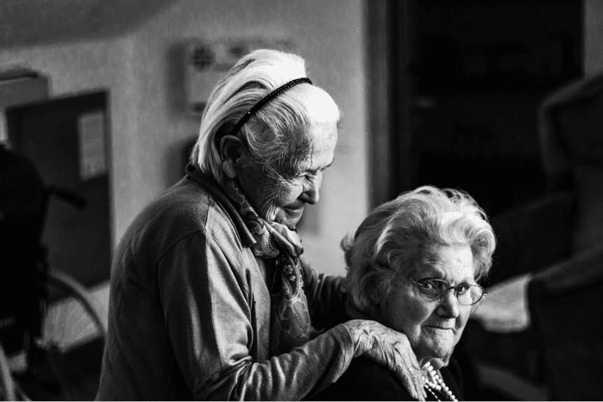 """人老了身上有味道,是因为不卫生?医生辟谣,给您讲清""""老人味"""""""