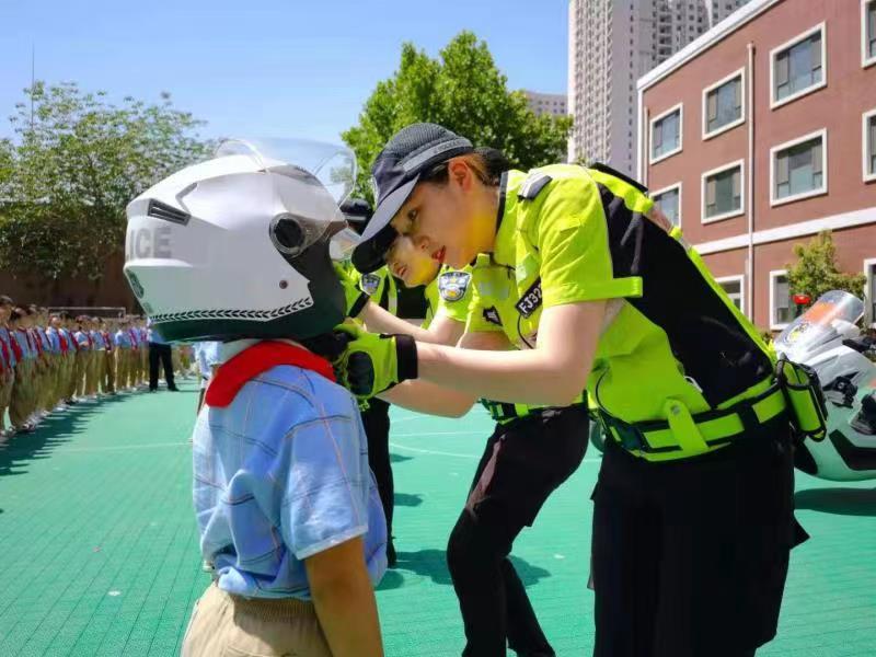"""河北邯郸交巡警支队开展""""六一""""儿童节交通安全宣传教育活动"""