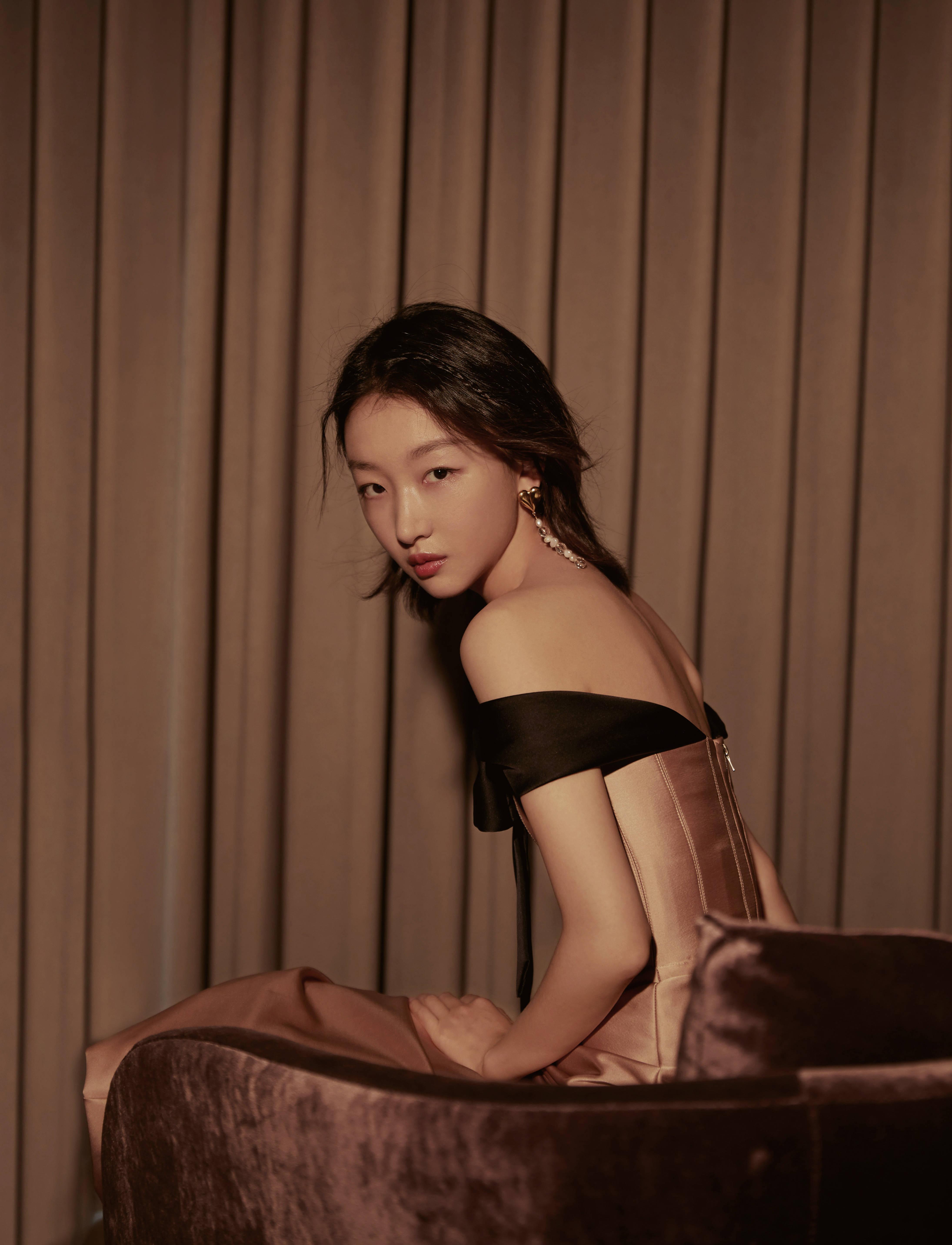 周冬雨复古蝴蝶结礼裙秀天鹅颈,香槟味少女,释放高贵优雅的魅力