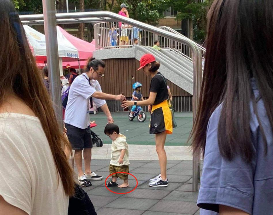 陈意涵一家三口罕见同框,儿子遗传老公大头,户外玩耍只穿一只鞋