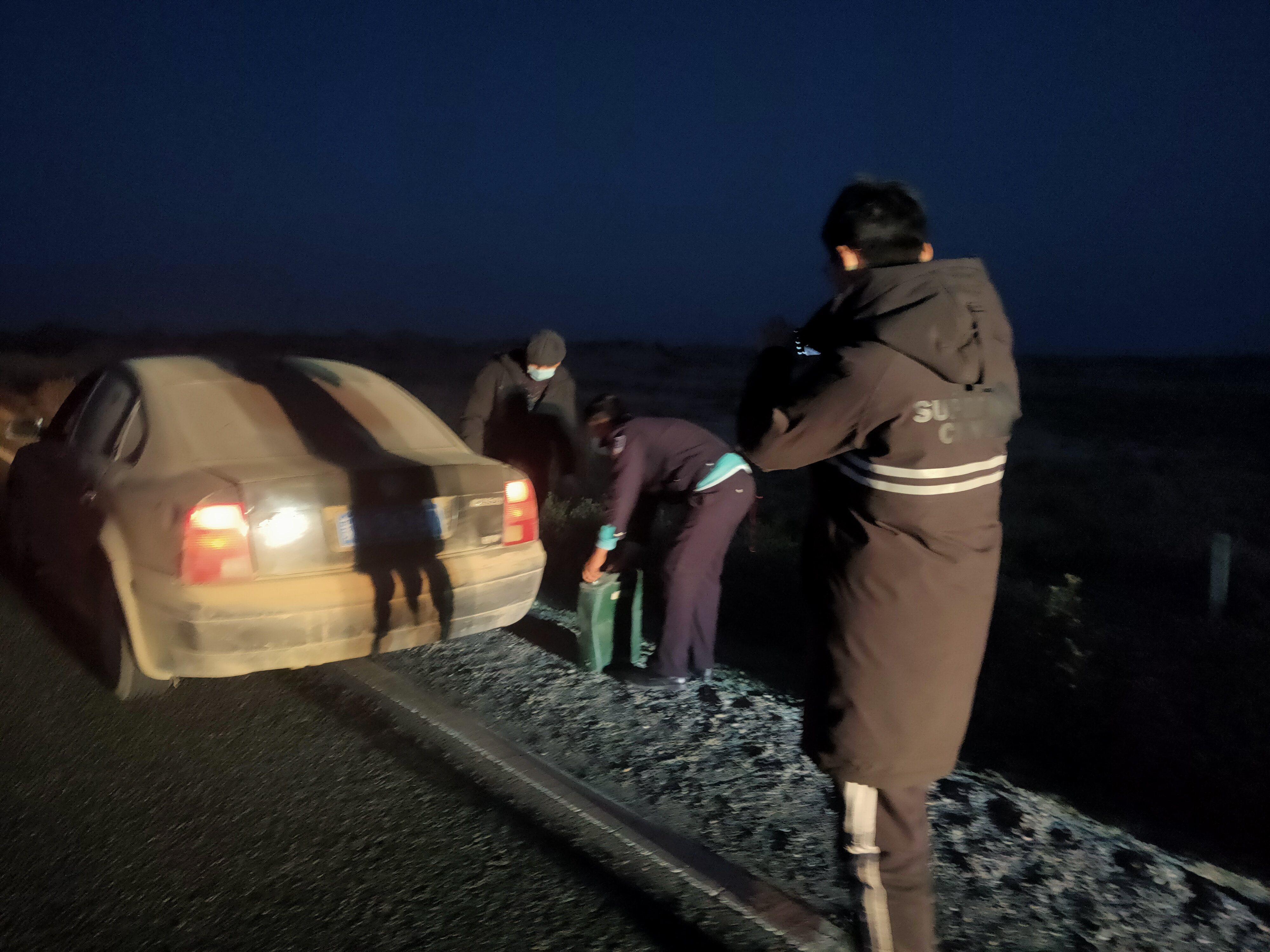 民警半夜搜救戈壁抛锚车辆