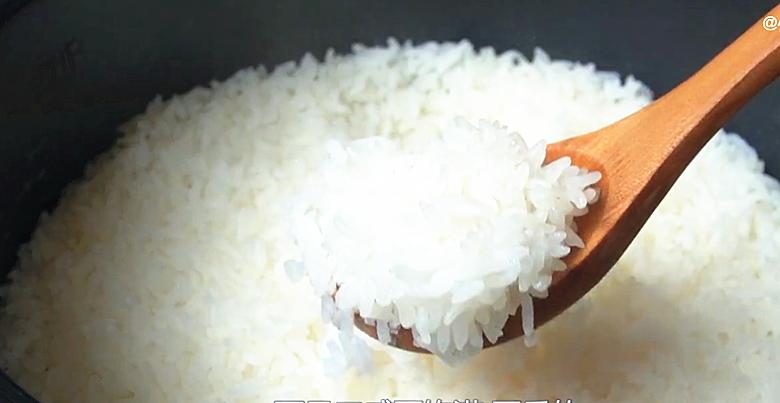 电饭锅蒸米饭,多加2步,出锅粒粒分明,松软好吃不粘锅,真香 美食做法 第14张
