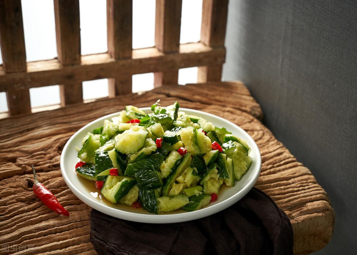 凉拌黄瓜时,不要直接用盐腌,牢记3个技巧,黄瓜脆爽又好吃 美食做法 第1张