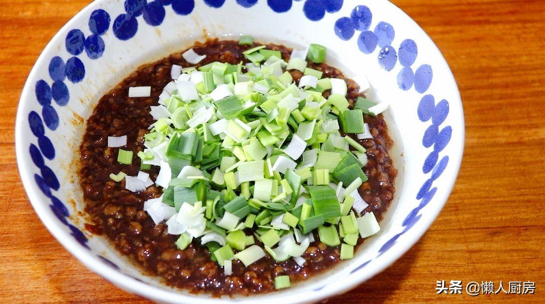 初春嚐鮮,挖野菜一天能賣100元,這樣包著春捲吃,還會灌湯