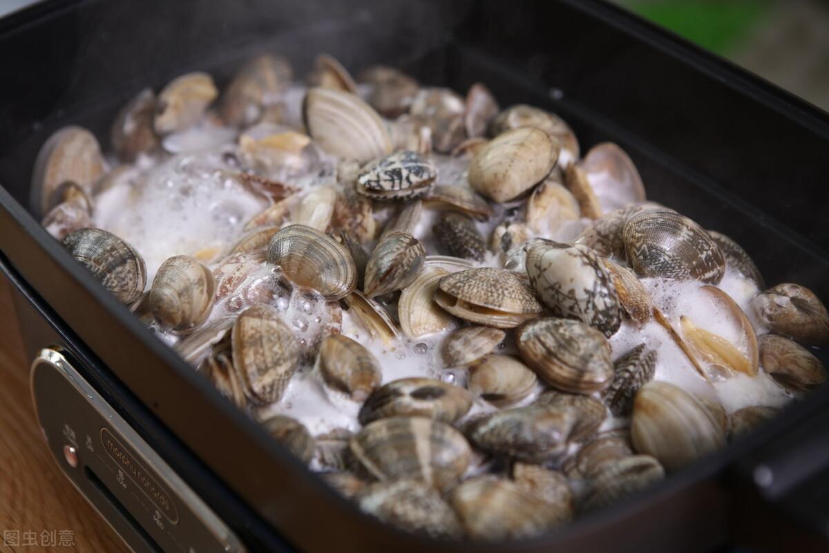 炒花蛤到底要不要焯水?老渔民教你一招,花蛤肉质鲜嫩无沙粒 美食做法 第5张