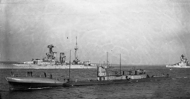 英国海军进行演习,7艘舰艇撞成了一锅粥,最终两艘潜艇被撞沉