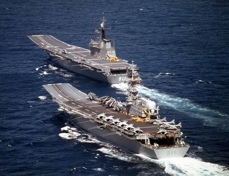 五国大集合,十艘两栖攻击舰云集中国周围,冒牌航母难堪大用