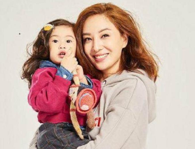鄭希怡7歲女兒走紅,祖孫三代共用一張臉,網友:遺傳的都是優點