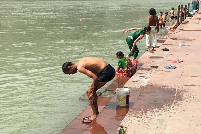 恒河水变绿散发恶臭,专家警告水里有毒,官方称参数正常不用担心