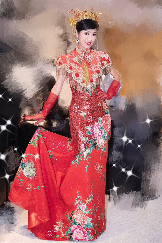 64岁米雪穿凤袍惊艳,穿条纹裙时髦养眼,身材纤细不见赘肉痕迹