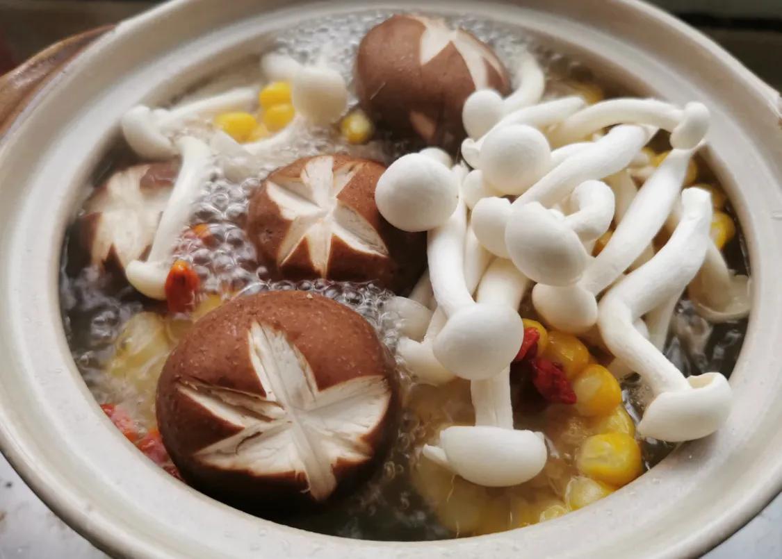 玉米蘑菇骨头汤,超鲜美 美食做法 第5张