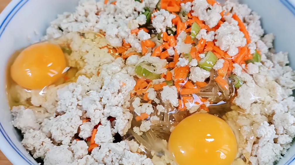 炸丸子別直接和麵,多加兩樣食材,外酥裡軟不吸油,一大盆不夠吃