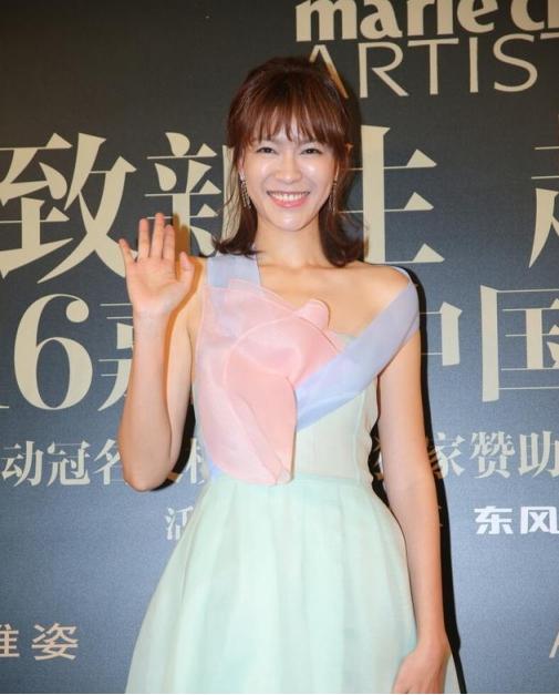 李艾身穿拼色纱裙,半扎头发,减龄又时尚