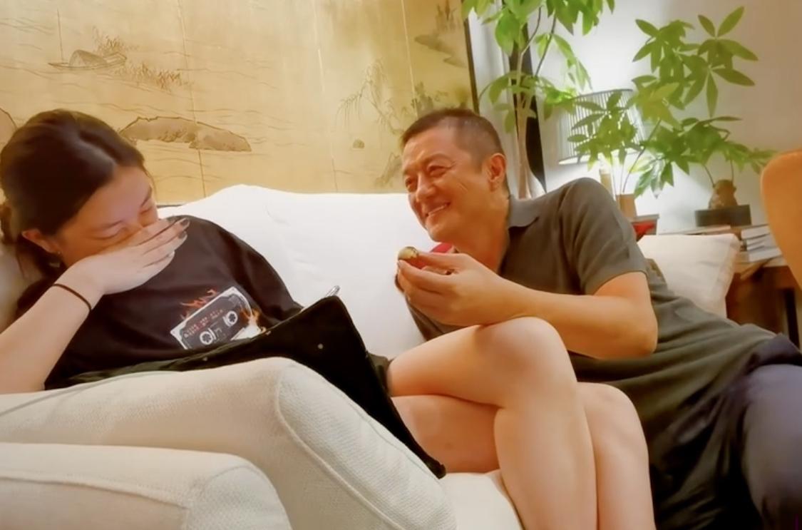 李亚鹏亲吻李嫣大腿惹争议,本尊回应:女儿脚趾头都是臭香臭香的