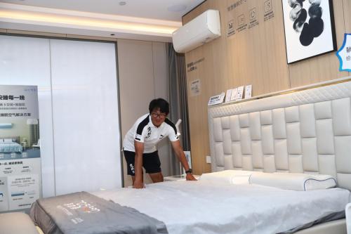 看完一场球赛,青岛足球名将邱忠辉要将三翼鸟智慧卧室搬回家