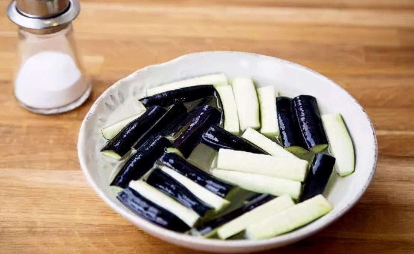 炒茄子时,不要着急下锅炒,教您一招,茄子炒好不发黑,不油腻 美食做法 第5张