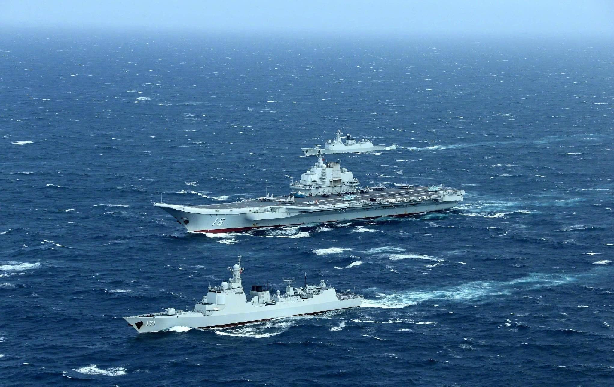 针锋相对!美军航母渡过马六甲海峡,辽宁舰率万吨大驱严阵以待