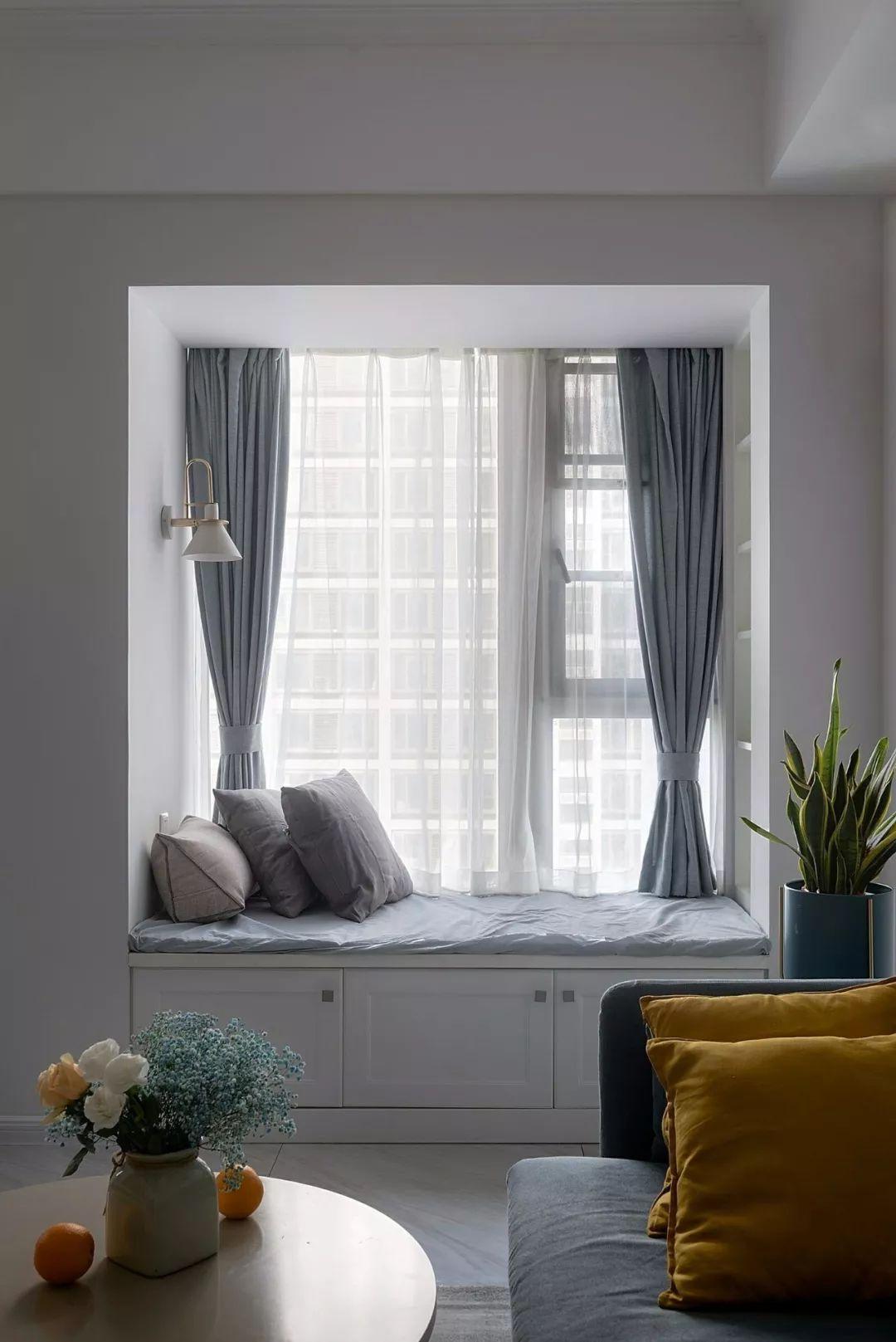 如果你家客厅是带飘窗的户型,就偷着乐吧,比阳台还漂亮实用