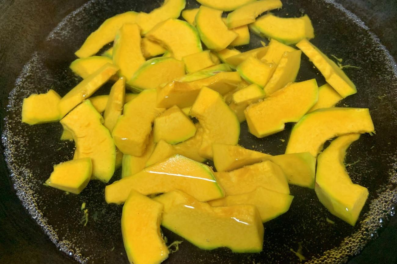 南瓜別只會煮粥喝,教你一個新吃法,軟糯鹹香,簡單營養又健康