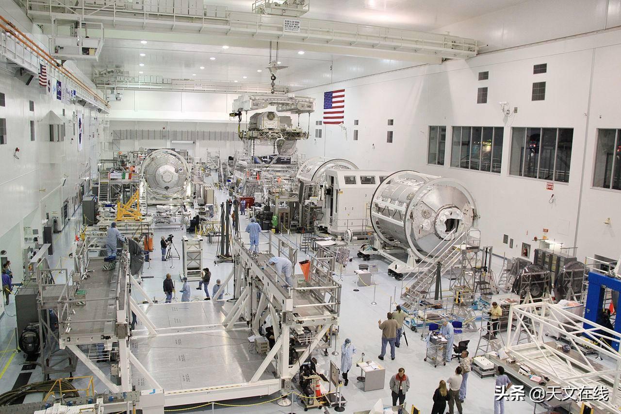 国际空间站上有发电站或其他产生动力的设备吗?