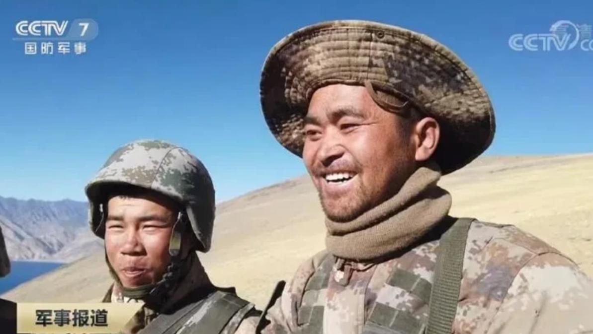 祖国给你荣耀:战士在中印边境立功,7000里外的家乡如此庆祝