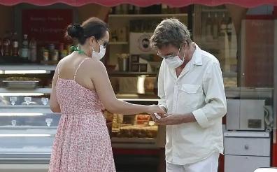 55岁巩俐为爱秒变小媳妇!穿吊带裙给72岁老公庆生,对视超甜