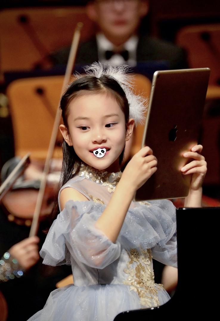 甜馨鋼琴獨奏《冰雪奇緣》,穿藍色紗裙氣質佳,笑容甜美颱風穩健