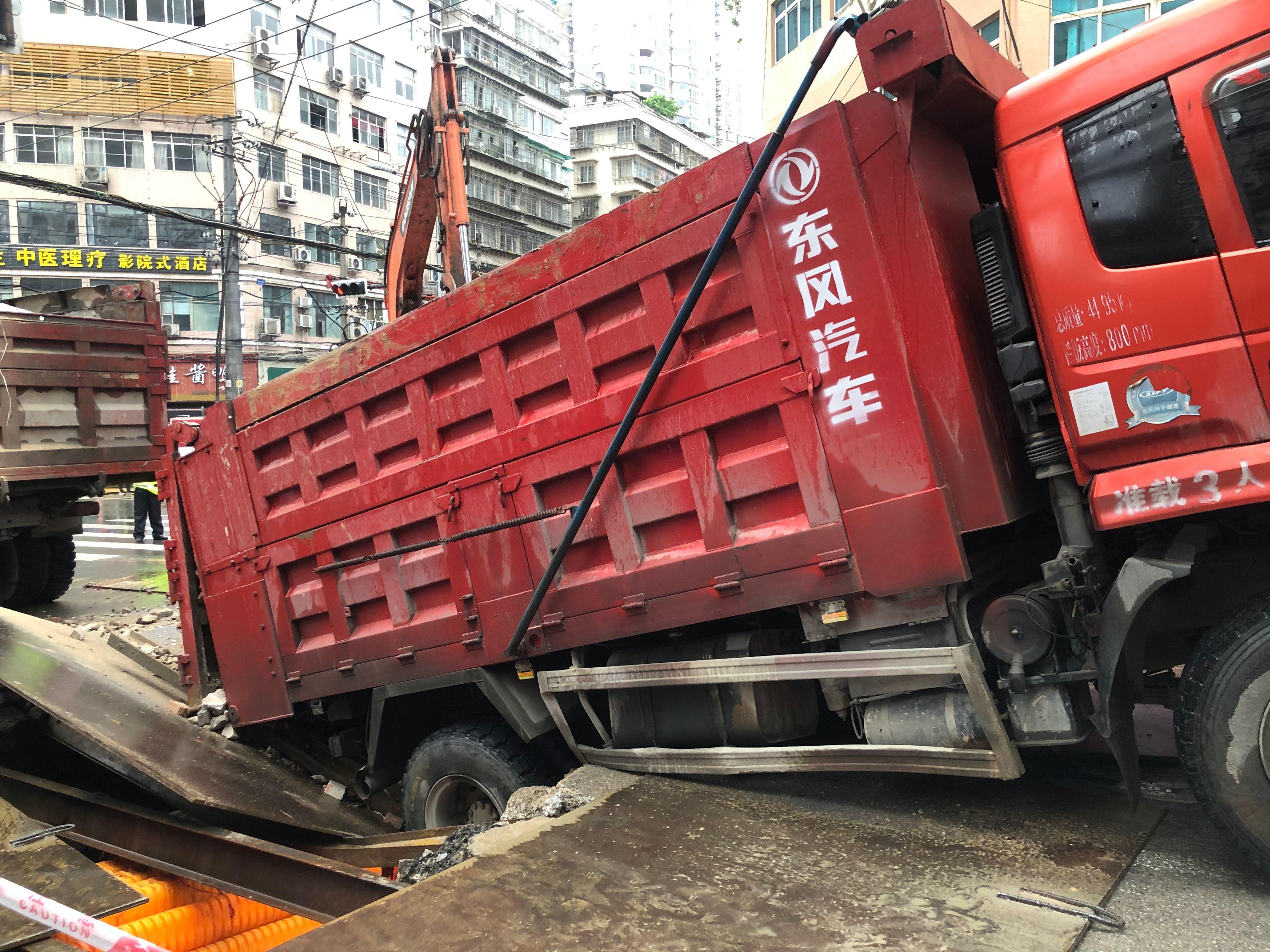 突发!贵阳一施工路面被货车压塌,交通暂时中断