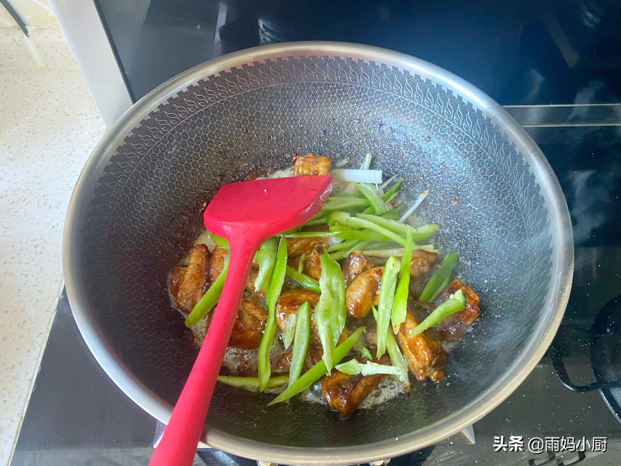 排骨别只会煲汤了,试试这做法,软嫩入味又下饭,好吃到吮手指