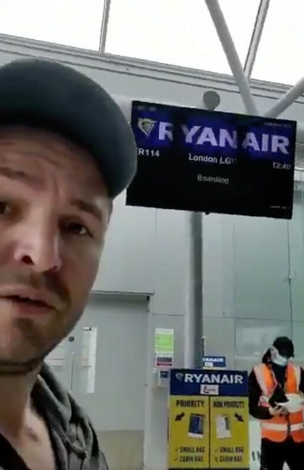 英国男子在登机口被拦,只因没戴口罩,还要被工作人员赶出去