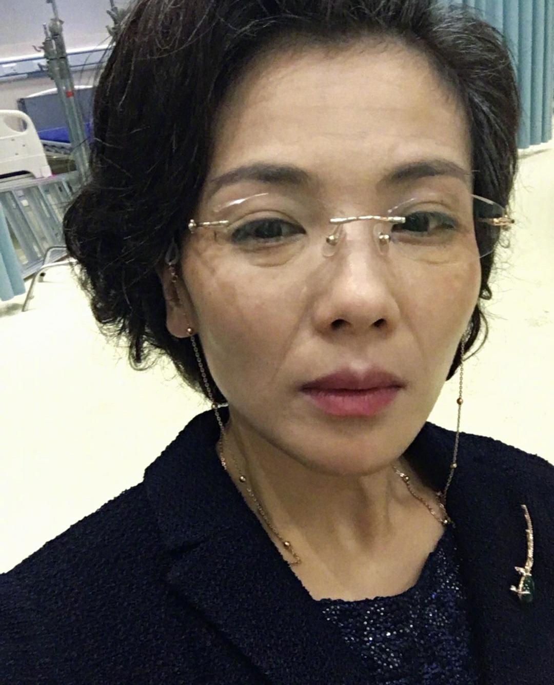 42岁刘涛晒老年照,满脸皱纹眼神沧桑,高情商回应演奶奶辈争议