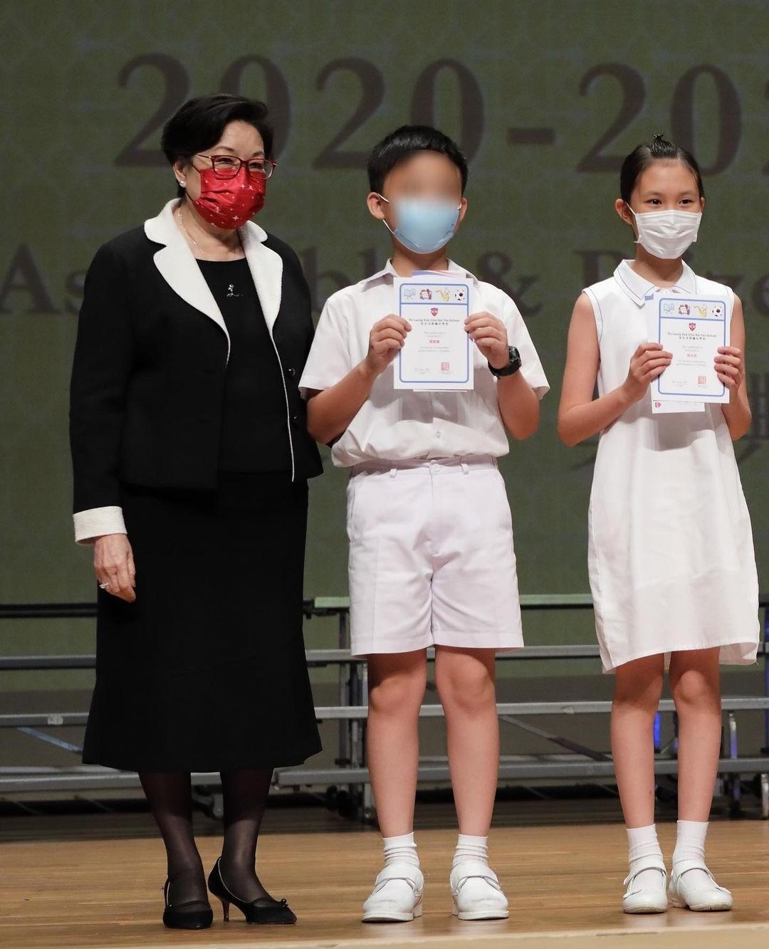 郭可盈参加女儿小学毕业典礼,林天若连获3年学科冠军,成绩优异