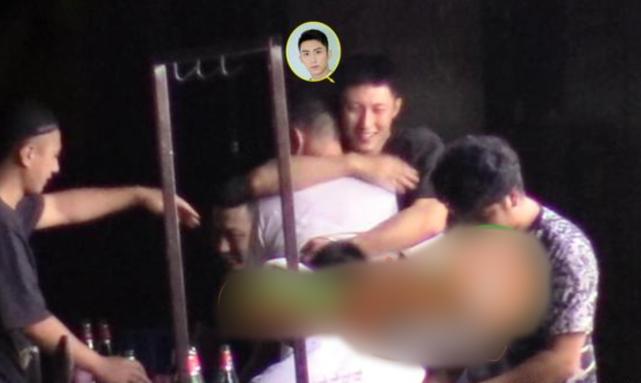 黄景瑜街头撸串,喝醉酒后对身旁男友人搂腰勾脖放飞自我