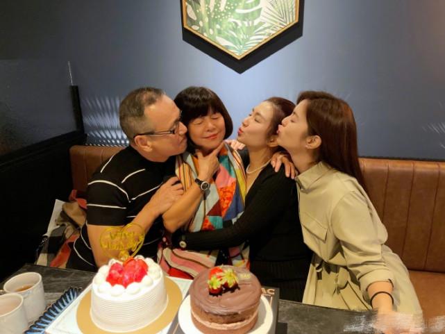 任家萱晒照为妈妈庆生,70岁任妈显年轻,一家四口相拥超有爱