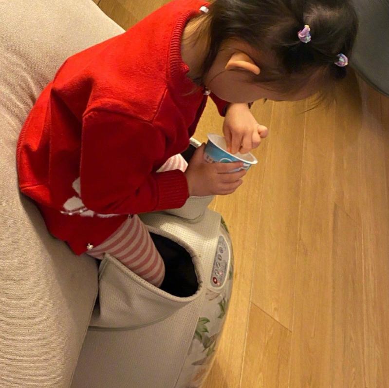 """孙怡女儿近照曝光,3岁小姑娘边喝酸奶边泡脚,妥妥地""""养生福"""""""