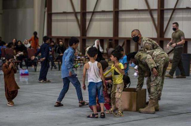 阿富汗难民晒在美军基地伙食,网友:不想吃可以回阿富汗