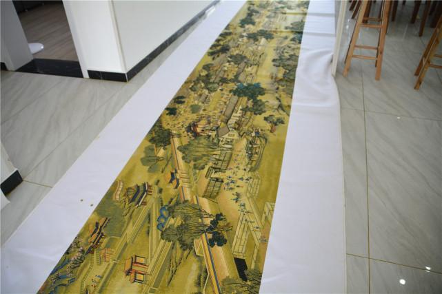 """女工绣出36米""""清明上河图"""",耗时10年,回丈夫母校首次展出"""