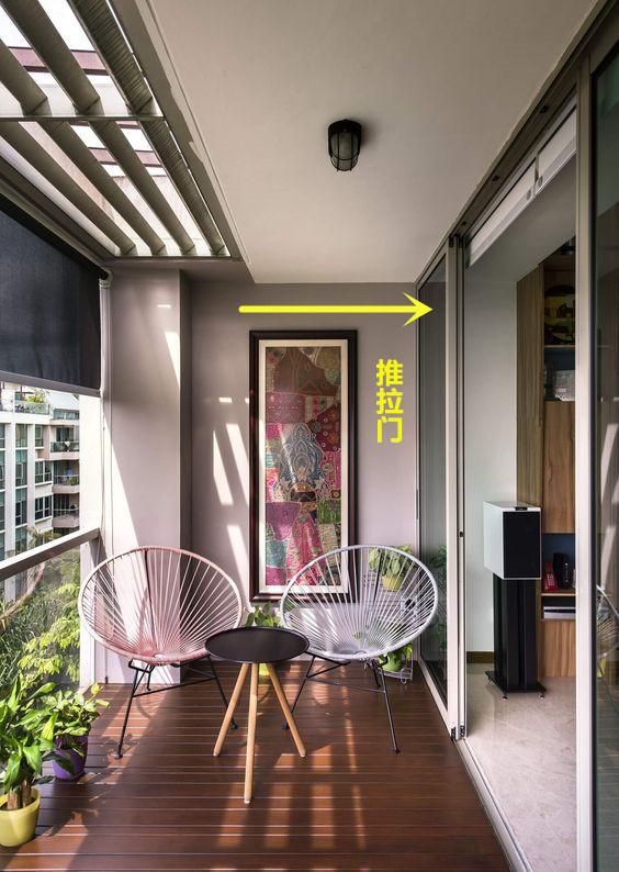 又给小户型找到一块地方收纳:阳台顶部打一圈吊柜,节约地面空间