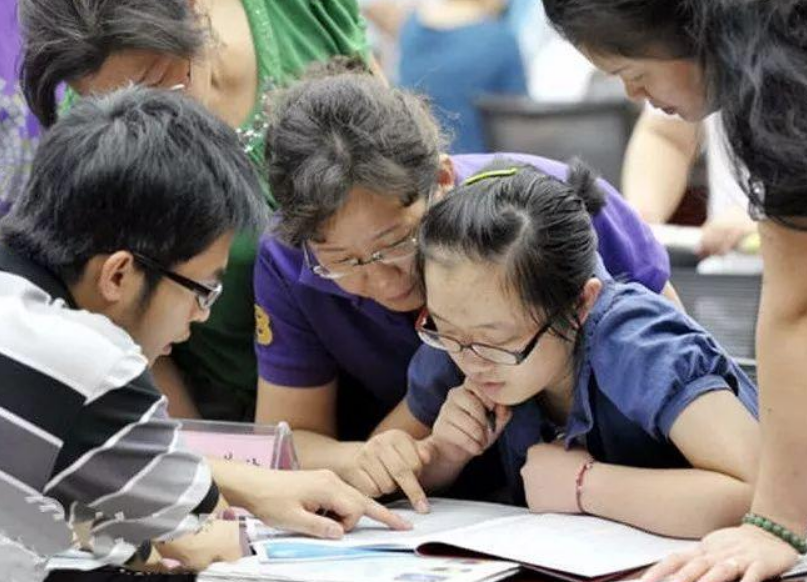 比芯片卡脖子更可怕,美顶尖芯片专家多是华人?国内高校出手了