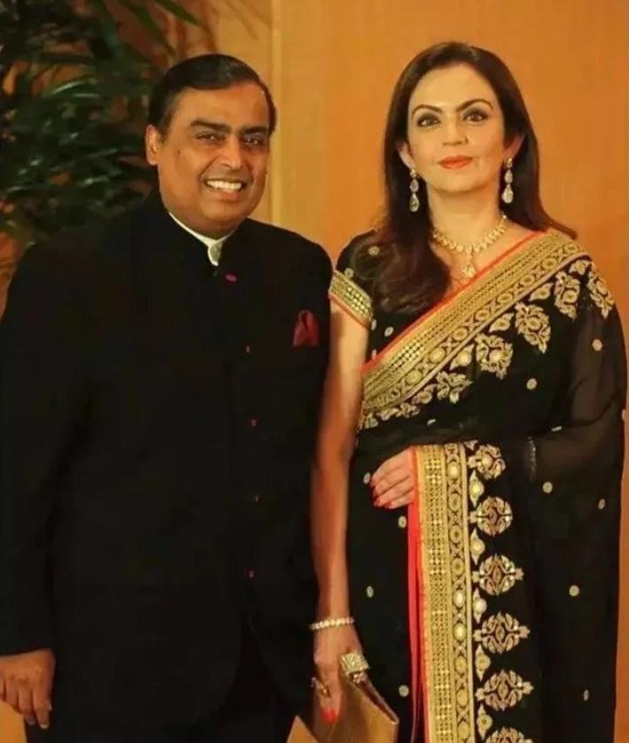 高調炫富只服印度首富夫人,跑車上鑲滿鑽石,連鼻孔都掛一套別墅