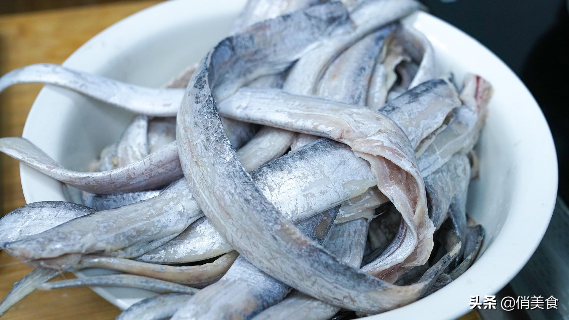 炸带鱼,到底是裹面粉还是淀粉?教你正确做法,外酥里嫩无腥味 美食做法 第4张