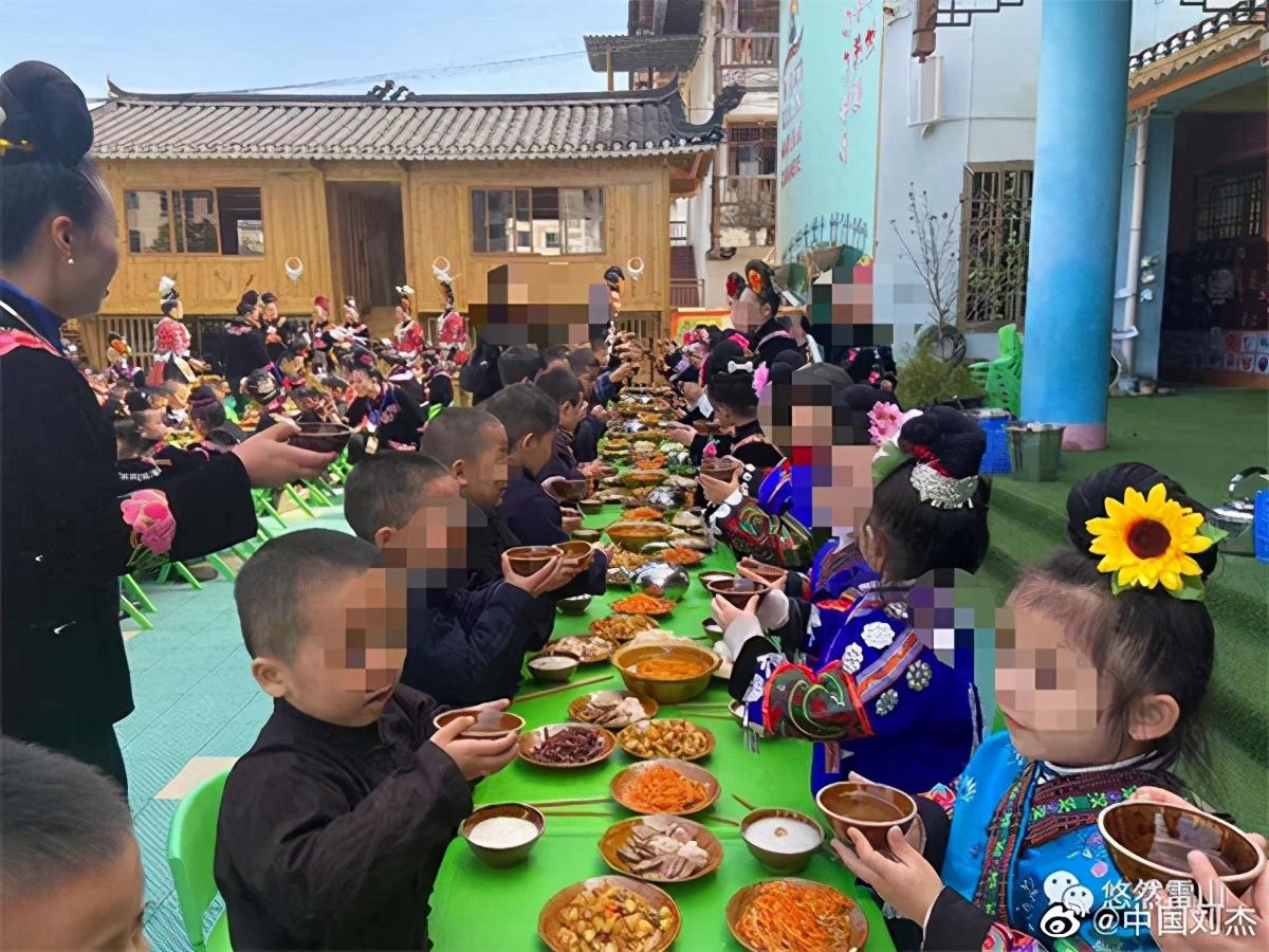 """幼儿园让孩子学""""敬酒""""?官方回应"""
