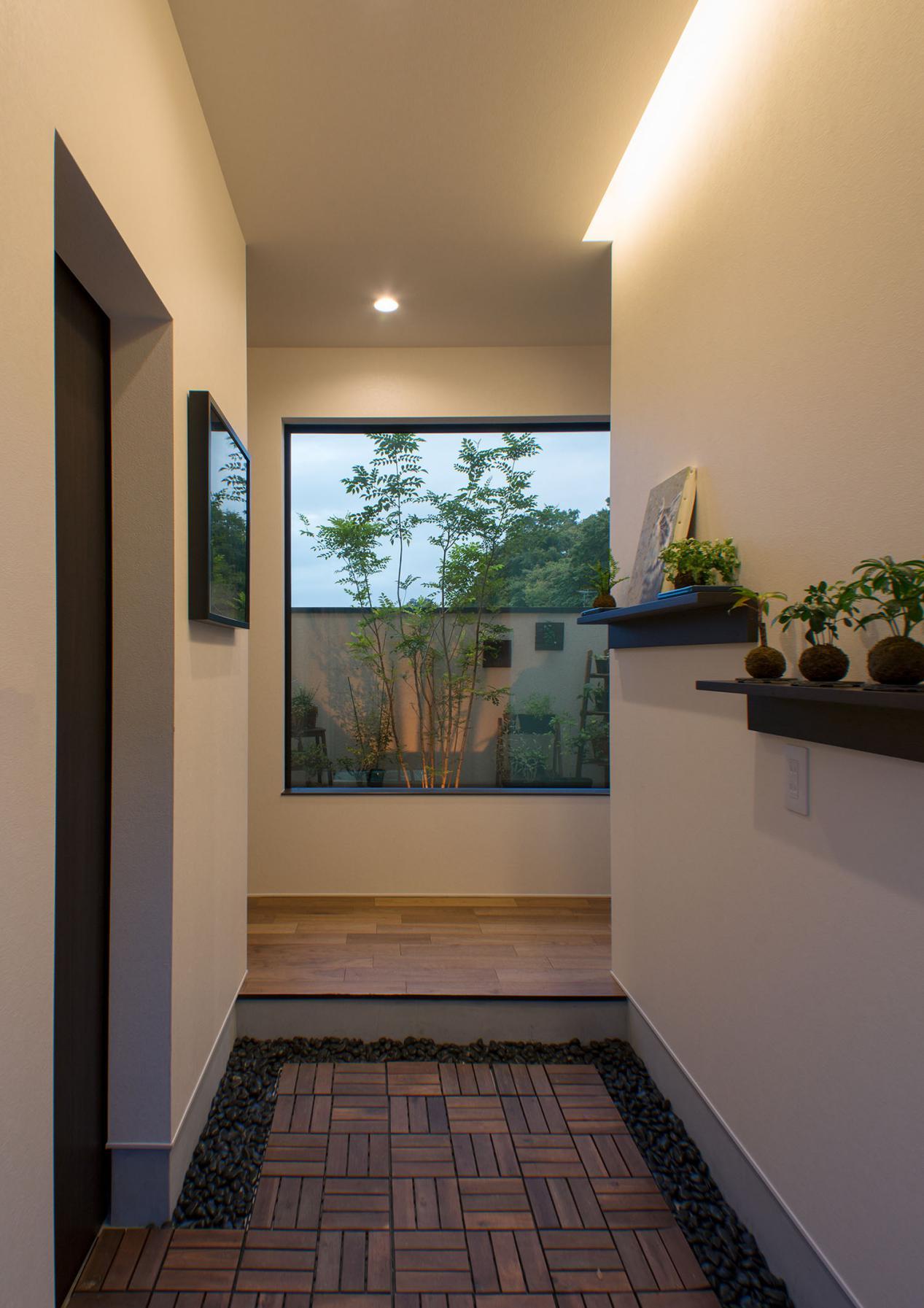 等我盖自建房了也学日本,入户门边开一条缝嵌玻璃,给玄关偷点光