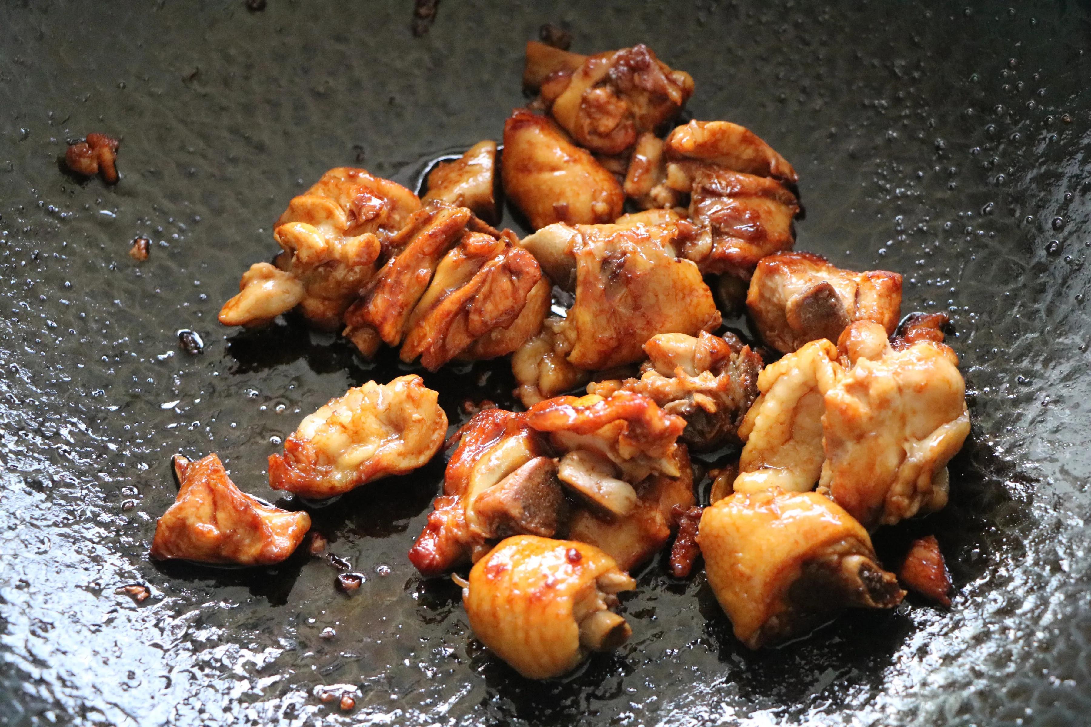 鸡腿肉炖胡萝卜蘑菇,秋季可以常吃的家常菜,营养丰富,食材简单
