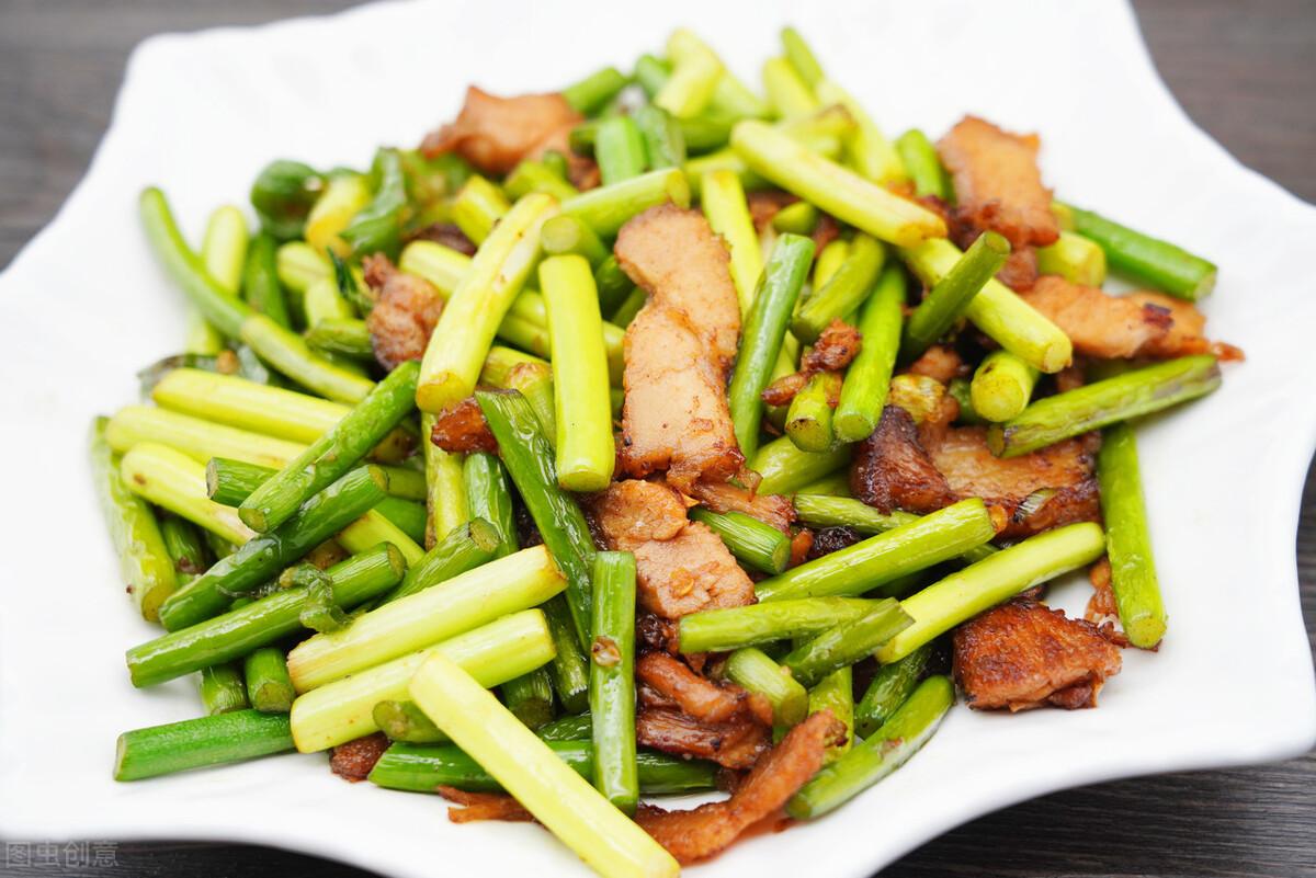 炒蒜苔时,有人焯水有人直接炒,都不对,教你一招,蒜苔又脆又绿 美食做法 第3张