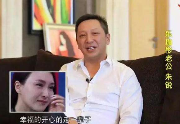 """""""梦萍""""罕见与老公秀恩爱,经营婚姻15年,让豪门婆婆另眼相看"""